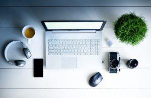 Kancelársky stôl a počítač